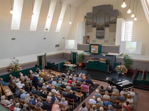 Leden vrienden belangstellenden - Kerkzaal met mensen